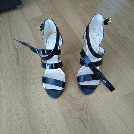 siyah ince topuklu bantli ayakkabı