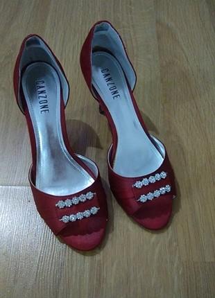 Kırmızı saten ayakkabı