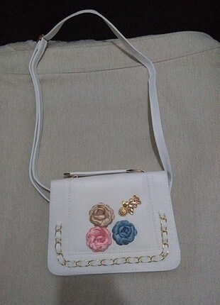 Beyaz güllü çanta