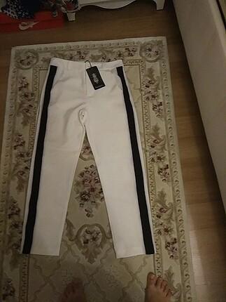 Beyaz yanları siyah şeritli pantolon