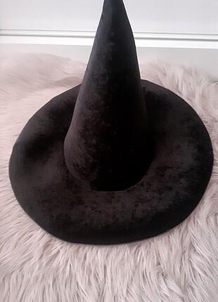 Siyah kadife cadı şapkası