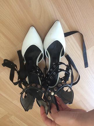 Beyaz siyah topuklu