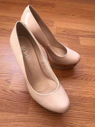 Pudra rengi rugan topuklu ayakkabı