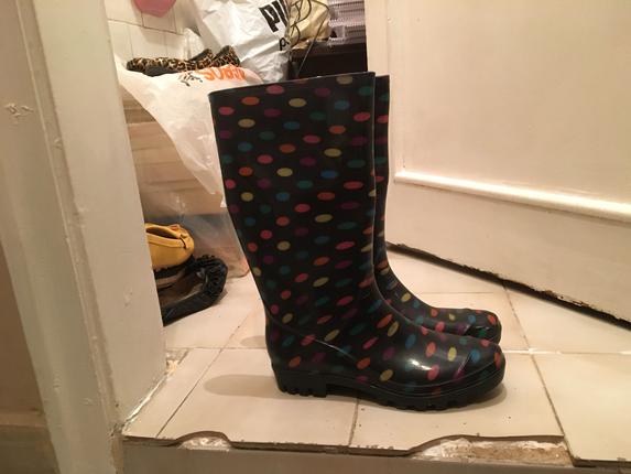 Puantiyeli yağmur botları