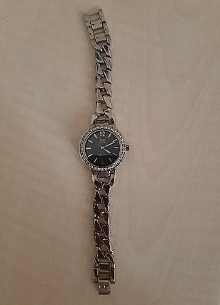 Gümüş rengi, zarif mi zarif hicbir kusuru olmayan bir saat.