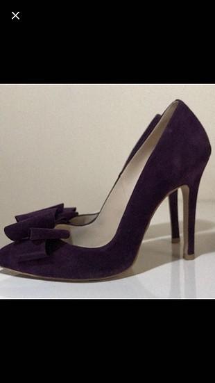 Mor fiyonklu ayakkabı.