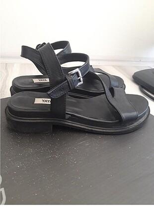 Elle siyah deri sandalet