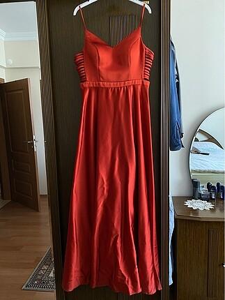 Yırtmaçlı uzun kiremit rengi elbise