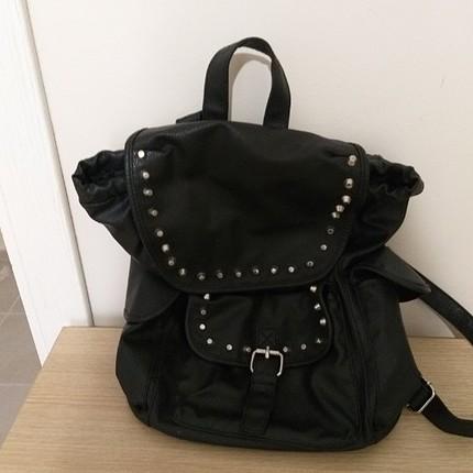 temiz siyah sırt çantası