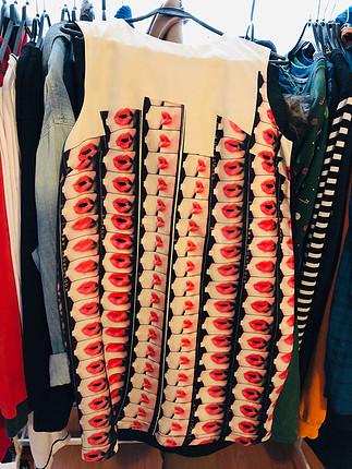 Selma Çilek tasarım dudak desenli elbise