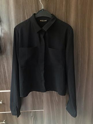 Siyah kısa gömlek