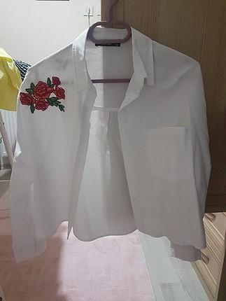 çiçekli beyaz gömlek