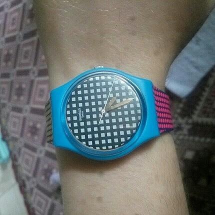 çeşitli renkte swatch kol saati