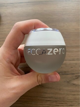 Becca zero pigment fondöten
