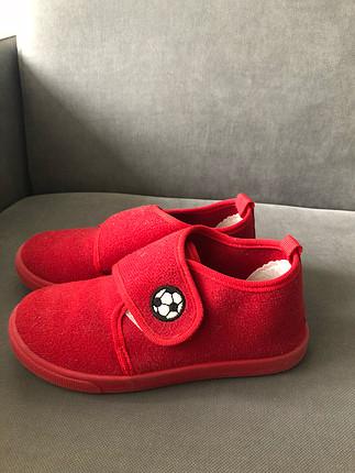 Kırmızı ev ayakkabısı