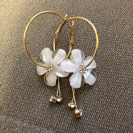 Beyaz çiçek detaylı küpe