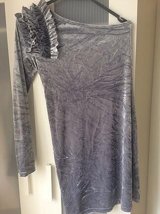 Tek omuz gümüş rengi kadife elbise