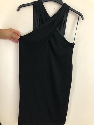 Siyah boyundan çapraz elbise