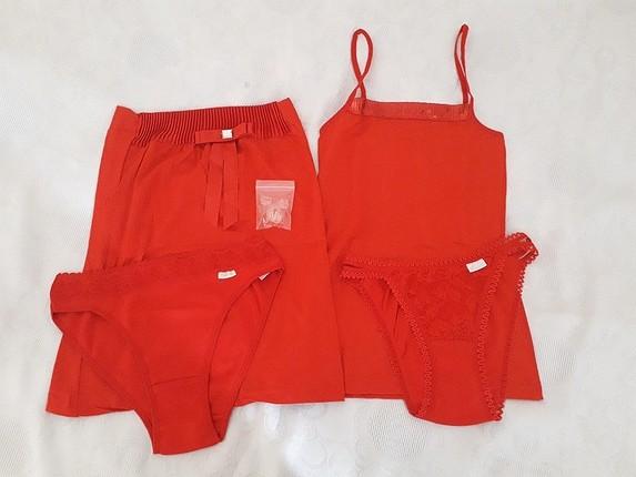 Kırmızı takım iç giyim