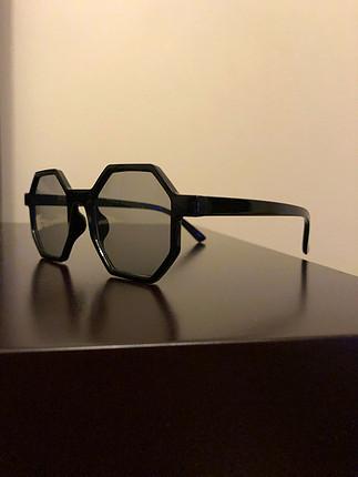 Yepyeni ve her yüz şekline uygun bir gözlüktür.