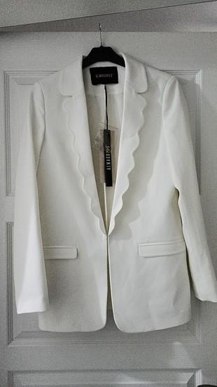 Beyaz ceket etiketli