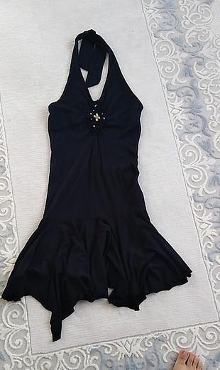 asimetrik kesim siyah boyundan bağlamalı elbise