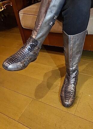 Alberto Guartiani yılan derisi çizme