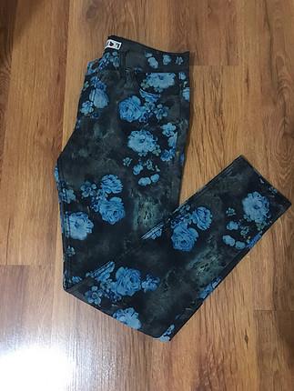 Likralı mavi çiçek desenli kot pantalon