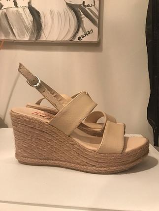 Bej topuklu sandalet