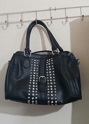 Siyah renk taş detaylı deri kol çantası