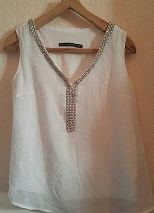 Kırık beyaz renk önü taş detaylı askılı bluz