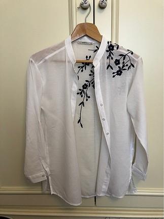 Beyaz nakışlı gömlek