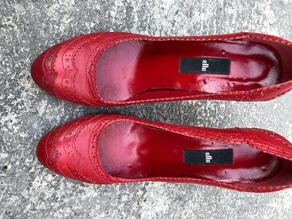 Elle kırmızı deri ayakkabı