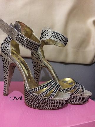 Taşlı topuklu ayakkabı