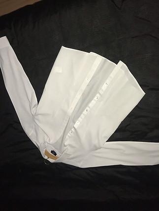 İnce beyaz gömleği