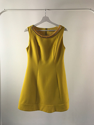 Yakası zincirli elbise
