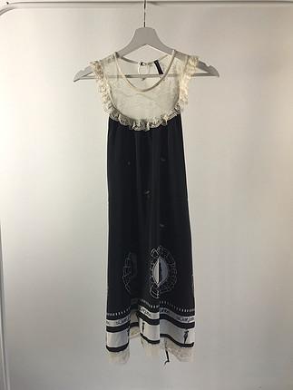 Üstü dantel elbise