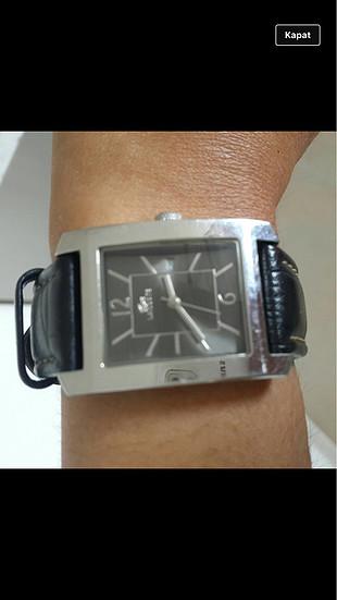 Lacostenin klasik modellerinden zamansız bir saat
