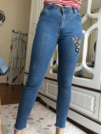 Çiçek detaylı kot pantolon