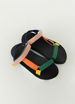 Renkli sandalet