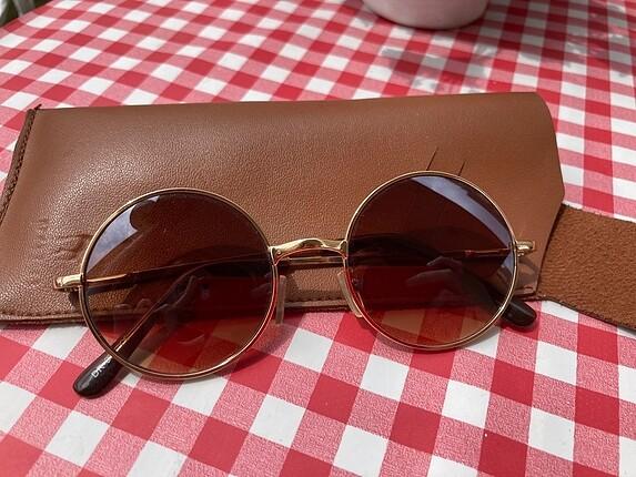 yuvarlak kahverengi güneş gözlüğü