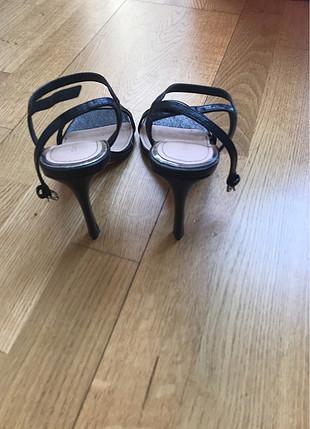 1 kere giyilmiş tek bantlı şık ayakkabı