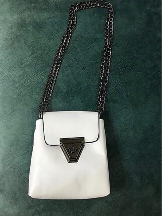 Beyaz zincirli çanta