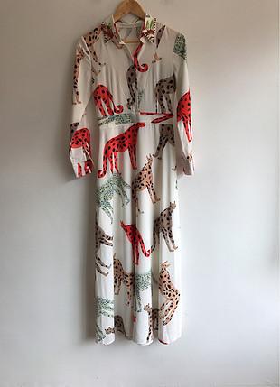 Yakasında taş detaylı elbise