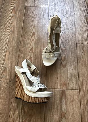 Pullu dolgu topuk ayakkabı