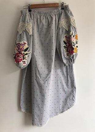 Çiçek detaylı elbise