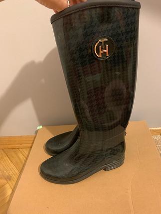 37 Beden Tommy hilfiger,yağmur çizmesi...sol çizmede tommy hilfiger yazıs