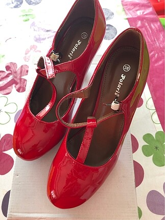 Sıfır kırmızı ayakkabı