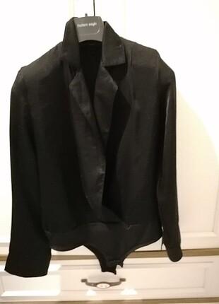 Siyah alttan çıtçıtlı gömlek