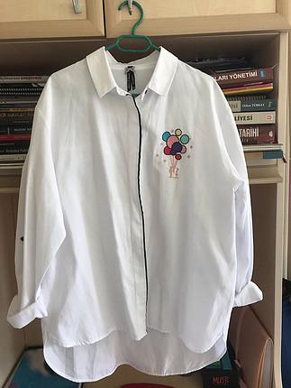 Beyaz desenli gömlek